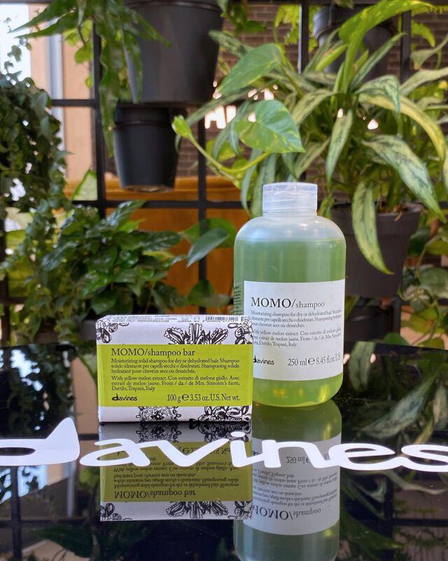 DAVINES / shampoo bar 🧼 Teraz wybrane szampony z linii Essential Haircare mają swoje odpowiedniki w postaci kostki myjącej  Szampony w kostce to: • Ekonomia - znacznie wydajniejsze niż klasyczny szampon • Ekologia - papierowe opakowania, zero plastiku • Ergonomia - kompaktowy rozmiar, idealny w podróż do bagażu podręcznego • Komfort - przyjemna piana, miękkość i łatwość rozczesywania • Jakość - naturalny skład, wolny od siarczanów, konserwantów, silikonów, składników wybielających  Produkty marki Davines możecie nabyć także online na @dowlosow.pl   #solidshampoo #davines #ekologicznekosmetyki #szamponwkostce #davineshaircare