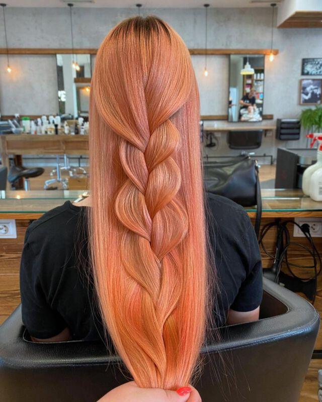 Peach Blonde 🍑  Koloryzacja autorstwa Jagody Lewickiej.  Do pielęgnacji włosów w takim odcieniu idealnie sprawdzi się odżywka koloryzująca Alchemic Creative 🔸Coral🔸 dostępna w  naszym sklepie @dowlosow.pl   #koloryzacjawłosów #davinescolor #davinesalchemic #pieknewlosy #dlugiewlosy #hairinspiration